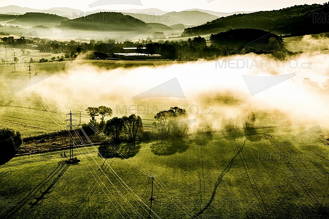 Chotilsko, ráno, mlha, elektrické vedení