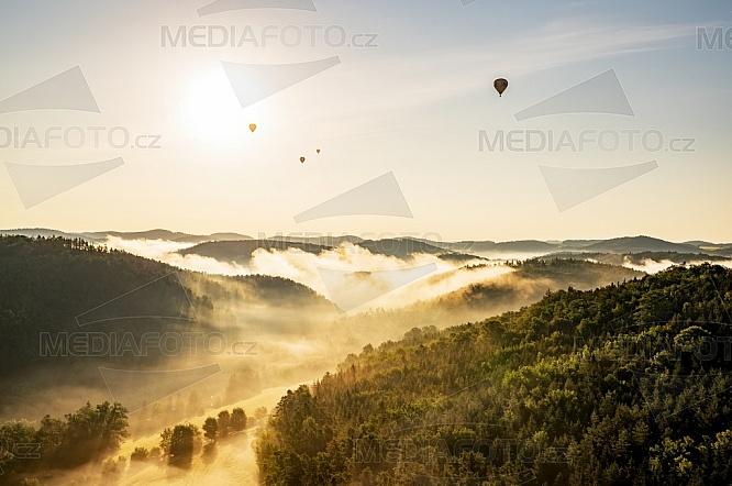 Horkovzdušný balón, les, mlha