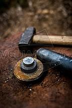 Raznice, kladivo, mince