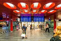 Hlavní nádraží, cestující, odjezdy, informační tabule, vestibul