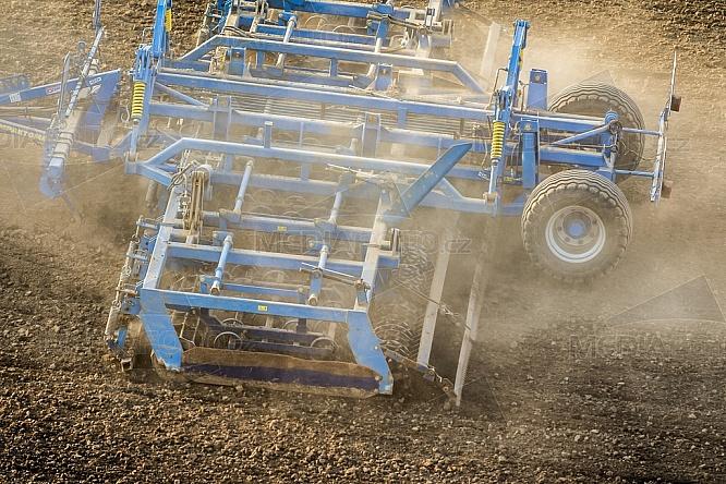 Zemědělství, orba, traktor, jaro