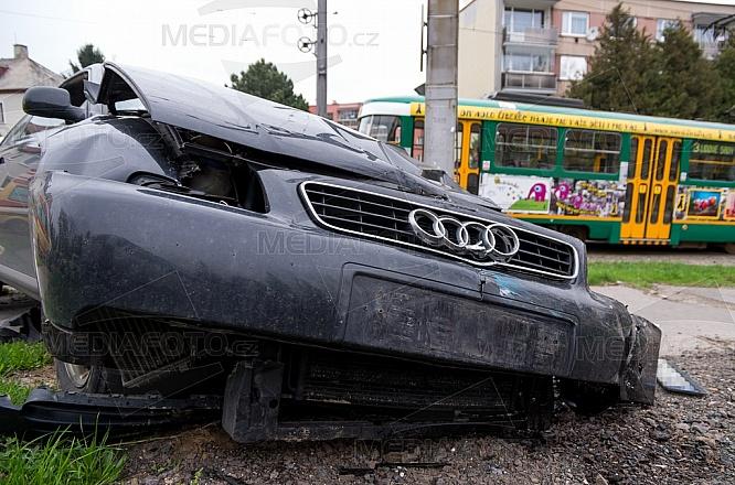 nehoda, havárie, osobní automobil, tramvaj, zranění