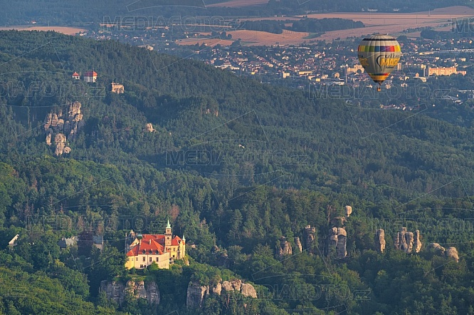 Zámek Hrubá Skála, horkovzdušný balón