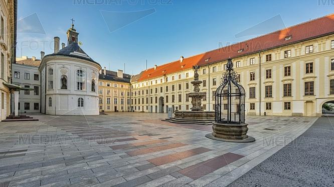 II. nádvoří Pražského hradu, kaple sv. Kříže, Kohlova kašna