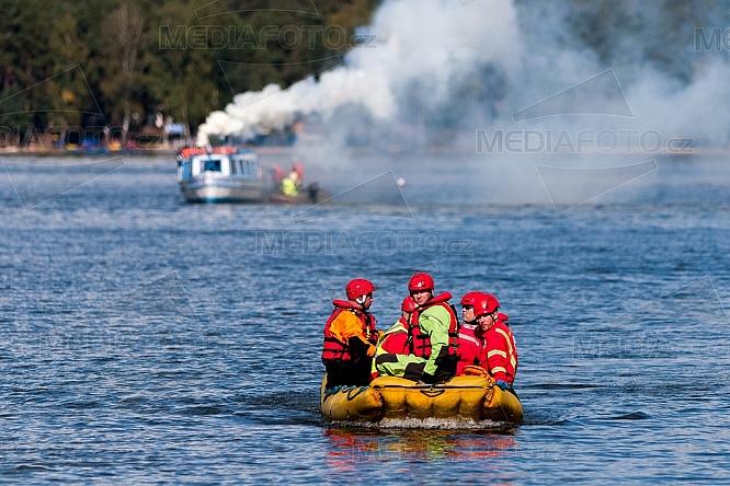 Cvičení IZS, záchranář, člun, požár