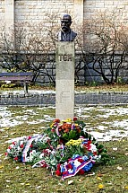 Socha, busta, bysta, TGM, Tomáš Garrigue Masaryk, květiny