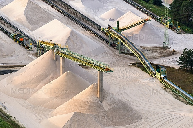 Pásový dopravník, písek, hromada