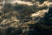 Les, mlha, ráno, podzim, letecky