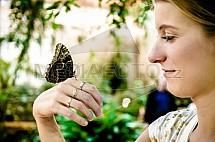 Morpho peleides, motýl, ruka, dívka