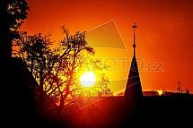 Západ slunce, věž, strom