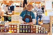 Prodejce, med, trh, včelař
