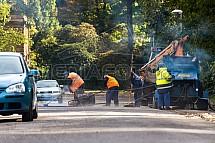 Oprava asfaltového povrchu silnice