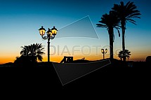 Lampa, palma, západ slunce