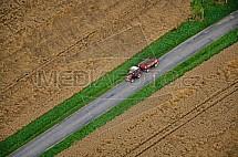 Traktor, silnice, pole