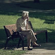 kouření, senior, žena, lavička, park