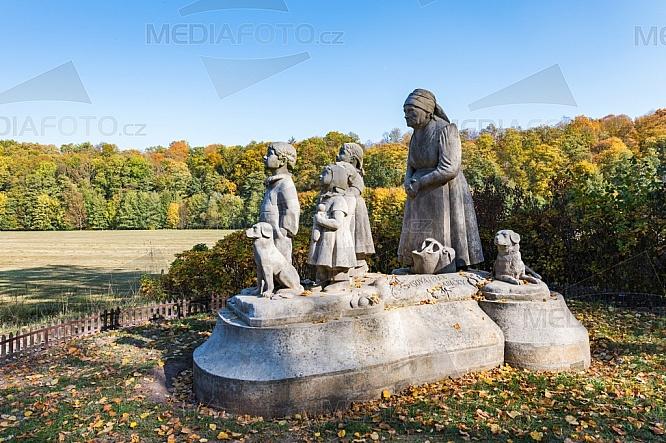 Pomník Babička s vnoučaty, sousoší