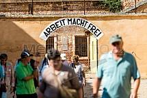 Arbeit macht frei, Terezín, brána