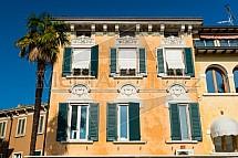 Sirmione, architektura, okno, palma
