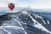 Zasněžený Ještěd s balonem