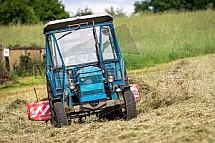 Traktor, obraceč, seno, zemědělství