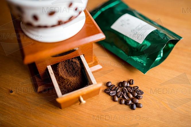 Káva, mlýnek, zrno