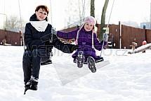 Dítě, matka, sníh, zábava, houpačka