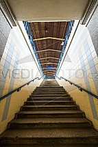 schody, nástupiště