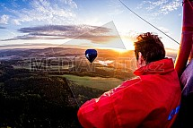 Horkovzdušný balon, východ slunce, krajina