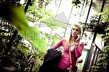 Dívka, telefon, botanická zahrada, skleník